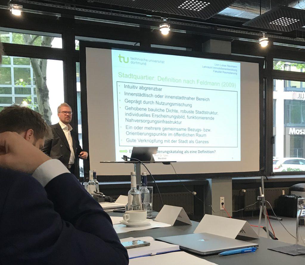 Lukas Naumann vom Lehrstuhl Immobilienentwicklung der TU Dortmund präsentierte seine Forschung zu Stadtquartieren